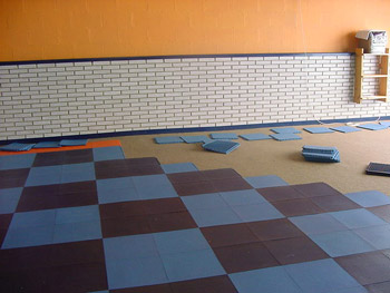 Baldosas antideslizantes solumflex pavimento de gimnasios for Suelos para gimnasio